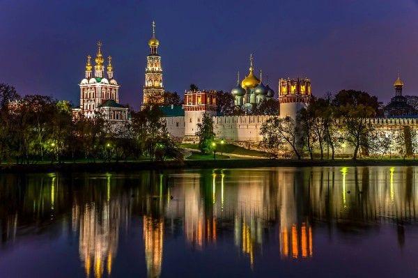 Новодевичий монастырь в ночной Москве